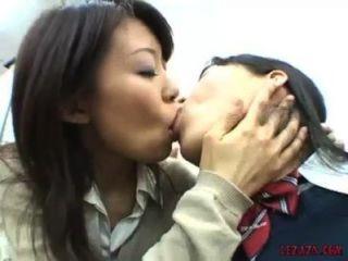 एशियाई स्कूली चूची चूसने चुंबन और कार्यालय में बिल्ली के साथ खेल