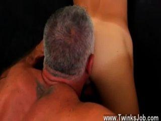 इस उबेर-सेक्सी और मांसपेशियों हंक के समलैंगिक फिल्म शानदार है