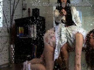 वयस्क बच्चे को लड़कियों diapered और spanked DDLG