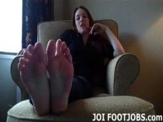 मैं तुम्हें अपने पैर की उंगलियों पर इतना बुरा चूसना चाहता हूँ