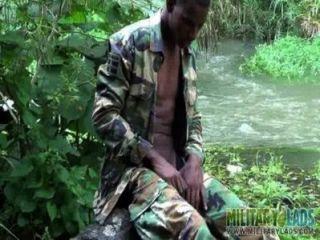 नदी द्वारा मुर्गा मजबूत Twink सैनिक