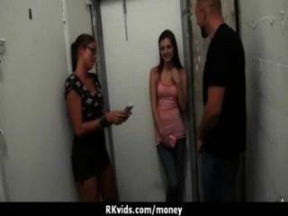शौकिया लड़की एक बकवास 13 के लिए पैसे लेता है