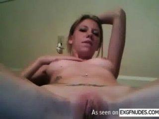 उसकी चिकनी योनी आनंददायक स्लिम सुनहरे बालों वाली लड़की