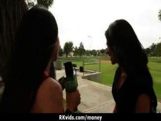 हताश जनता में नग्न किशोर और किराए पर 7 का भुगतान करने के लिए fucks