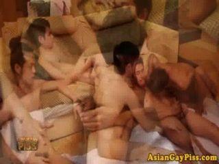 समलैंगिक एशियाई पेशाब प्रेमियों के लिए एक नंगा नाच किया है