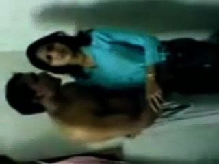 हॉट इंडियन कॉलेज महिला चपरासी के साथ एमएमएस कांड चुंबन