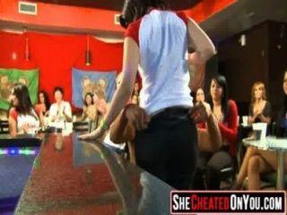 29 इन लड़कियों डिक 40 चूसने क्लब तांडव में पागल हो जाना
