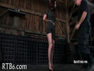 लड़की दंड के दौरान आँसू