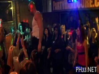 डांस फ्लोर पर समूह सेक्स के बहुत सारे