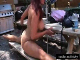 नग्न लड़कियों को एक न्यूडिस्ट क्लब में प्रस्तुत