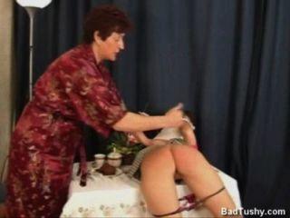 रूसी माँ शरारती बेटी spanks।