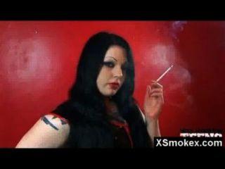 अद्भुत धूम्रपान बुत लड़की नग्न गर्म