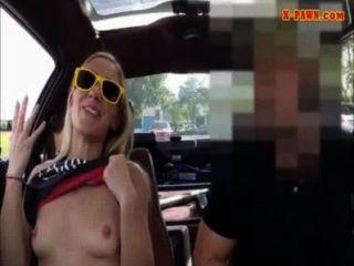 तंग गोरा Bimbo बेचने के लिए उसकी कार herselfrself बेचता की कोशिश करता है