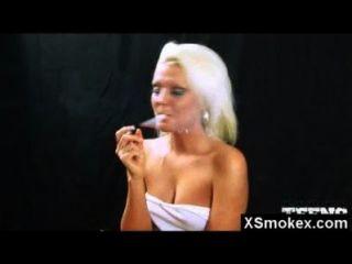 अद्भुत धूम्रपान बुत महिला के कट्टर सेक्स