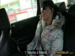 गांठदार शौकिया लड़की Kristyna एक मुक्त टैक्सी का किराया के लिए गड़बड़