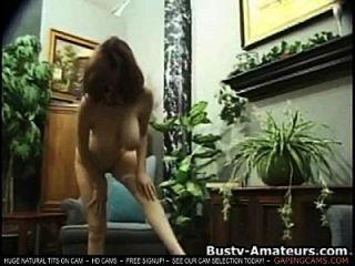 कैथरीन उसके busty स्तन मिलाते हुए और कैम पर सीधा लाइव कैम सेक्स शो लाइव स्तन चैट