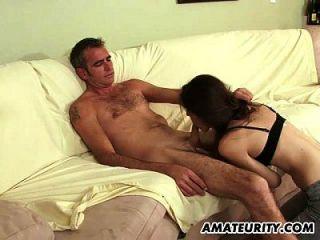 युवा शौकिया प्रेमिका एक बूढ़े आदमी को बेकार है और fucks