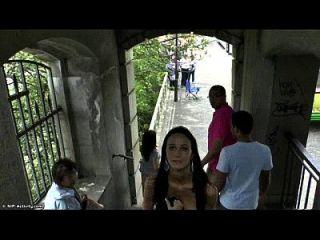 स्लिम किशोर मार्टिना सार्वजनिक रूप से उसके सेक्सी शरीर को दिखाती है