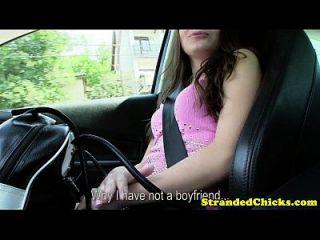 hitchhiking किशोरों उसके स्तन चमकती
