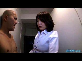 गलियारे पर नग्न पतली आदमी के लिए हाथी दे रही बस्टी कार्यालय महिला