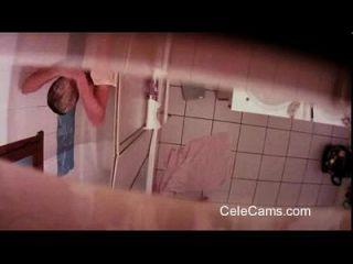 बाथरूम में छिपा कैम किशोरों