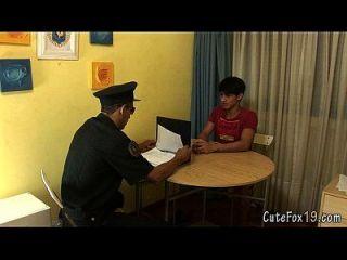 पुराने समलैंगिक पुलिस एफॉक्स एक विशेष सौदा प्रदान करता है
