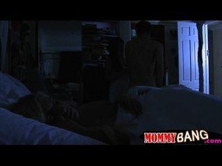 बेडरूम में कारमेन मोनेट और जेना मूर त्रिगुट