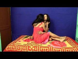 भारतीय मल्लु लेस्बिन बेडरूम में मजा आता है