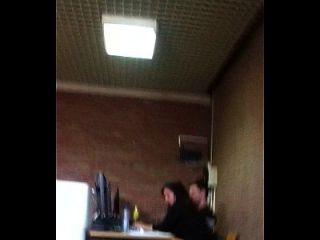 phat गधा शिक्षक elisabeht shik वह कक्षा में एक पेटी पहनता है