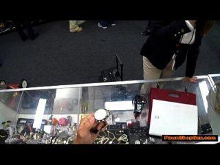 Busty व्यापार महिला एक टिकट के लिए ब्याजख़ोर का दुकान मालिक बंद बेकार