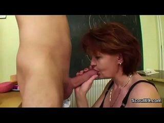 जर्मन माँ युवा लड़के को पढ़ाने कैसे कंडोम के बिना दो बकवास कट्टर