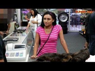 पतली लड़की अपने पुराने मिंक कोट को बेचने की कोशिश कर रही है और मुश्किल से गड़बड़ कर रहा है