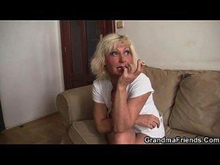 त्रिगुट पार्टी के साथ सुनहरे बालों वाली परिपक्व विधवा