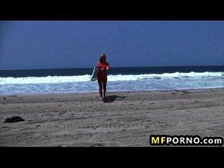 सुनहरे बालों वाली समुद्र तट बेब खुद को सूर्य adiliana sephora 1 में dildos