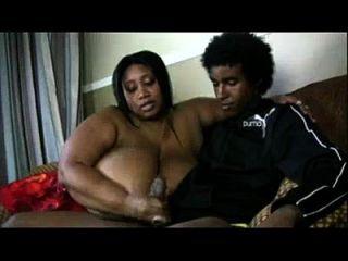 विशाल स्तन के साथ sbbw आबनूस युवा लड़के handjob देता है