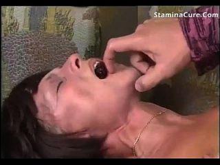 परिपक्व महिला चूसना और मेज पर बकवास