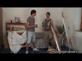 पुरानी कुतिया दो युवा चित्रकारों द्वारा टक्कर लगी