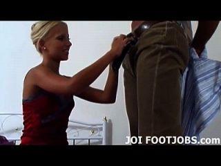अपने घुटनों पर चलो और मेरी ऊँची एड़ी के जूते साफ चाटना