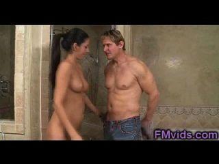 सुंदर निककी डैनील्स के साथ गर्म स्नान
