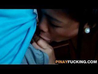 एशियाई शौकिया उसे चूसने से पहले मालिश की मालिश