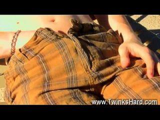 सींग का युवा लड़के टायलर बोल्ट की समलैंगिक फिल्म पूल के बगल में बाहर है