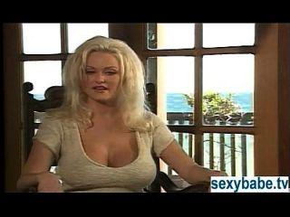स्टेसी वैलेंटाइन समुद्र तट पर masturbating