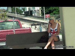 अजनबी के साथ कार में सुंदर गोरा किशोर fucks