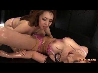 2 बस्टी एशियाई लड़कियों के शरीर पर अधोवस्त्र तेल में चुंबन शवों मलाई और पिटाई