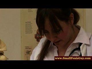 महिलाओं का दबदबा नर्स अपने छोटे मुर्गा की जांच
