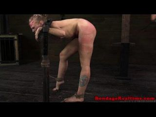 गोरा उप स्टॉक में spanked
