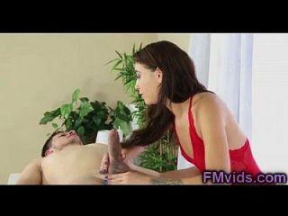 सेक्सी श्यामला एक गर्म blowjob और footjob बनाता है