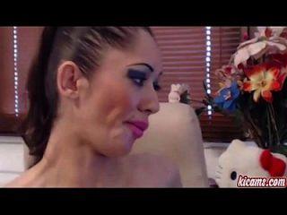 सेक्सी किशोर लड़की एक पागल कदम kicams.com करता है