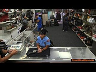 लैटिना पुलिस महिला और अधिक नकदी के लिए प्याज़ दुकानदार fucks और fucks
