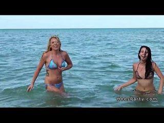 सार्वजनिक समुद्र तट पर एक तंबू में चौधरी पार्टी